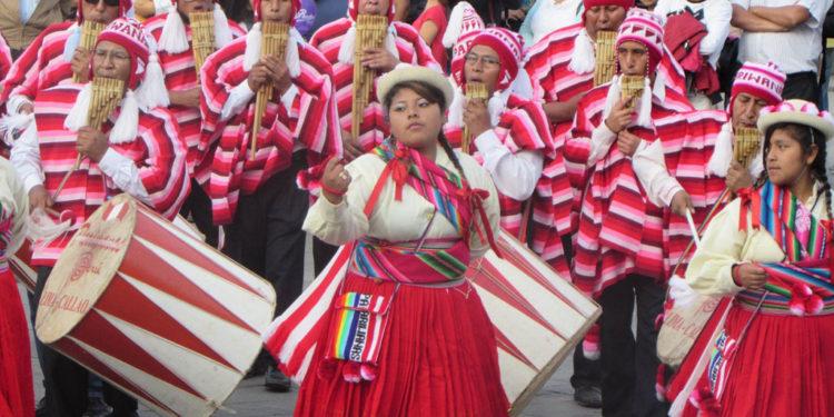 Los colores rojo y blanco son característicos de su vestimenta