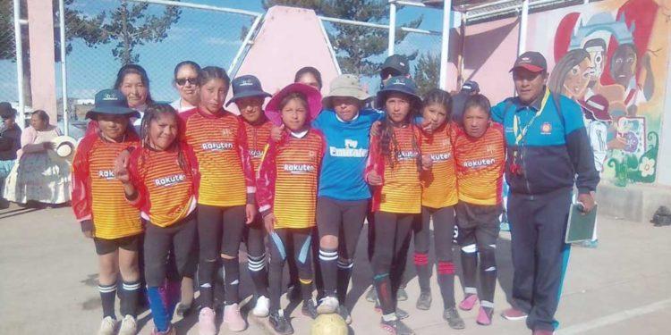 70150 de Huaccochullo ganó el oro en el futsal luego de derrotar a las puneñas