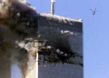Un helicóptero pasa por el World Trade Center después de que un avión comercial se estrelló contra él en la ciudad de Nueva York, el 11 de septiembre de 2001. REUTERS / Jeff Christensen