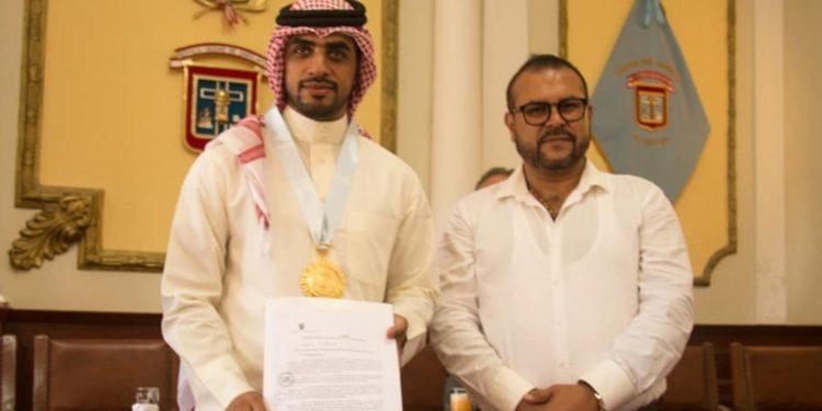 El empresario árabe Yaqoob Mubarak recibió una resolución de reconocimiento y la Medalla de la Ciudad de Chiclayo (Foto: Andina).