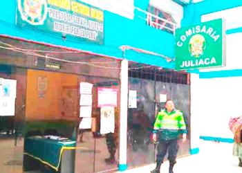Autoridades hallaron billetes debajo del escritorio de un de los policías de la SIAT.