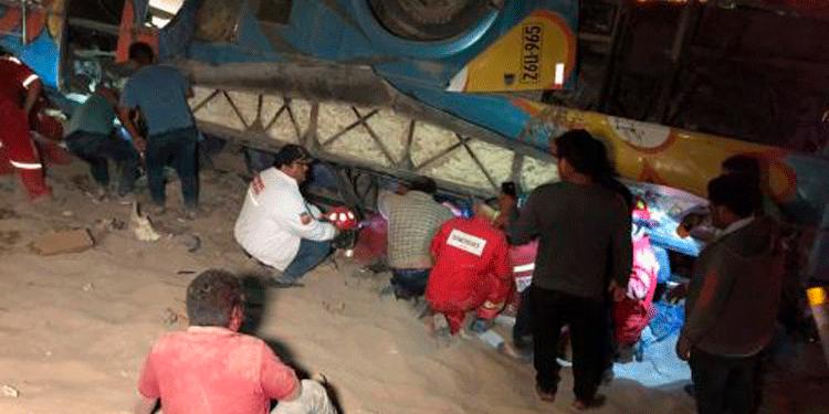 Personal de la Policía de Carreteras, de la Compañía de Bomberos de Camaná y de la comisaría local participó en las labores de rescate de los heridos, muchos de los cuales quedaron atrapados entre los fierros (Foto: Andina).