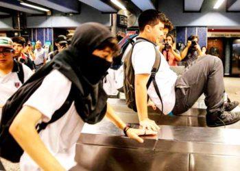 Estudiantes chilenos protagonizan nuevas evasiones en el metro de Santiago de Chile. (AFP / JAVIER TORRES).