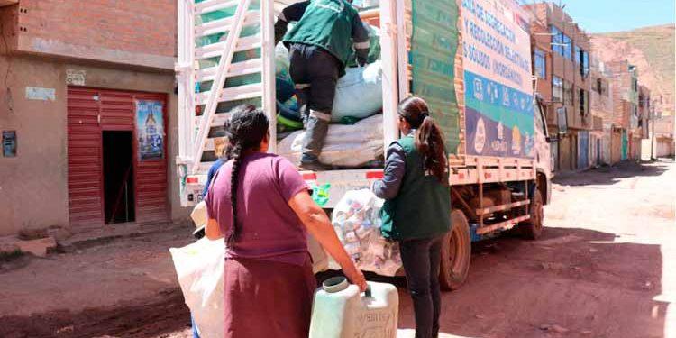 Camiones recolectan 3 toneladas de material reciclable.