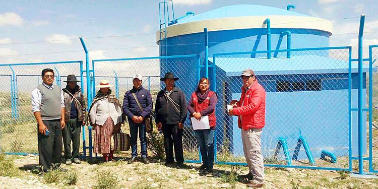Directivos del JASS con el Especialista Julio Humpiri, verificando el reservorio que se encuentra inoperativo.