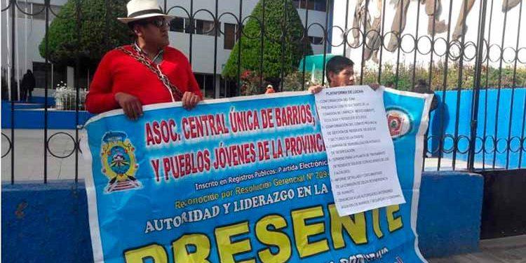 Dirigentes se encadenan en las rejas del municipio.