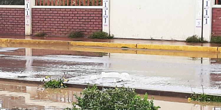 Drenajes colapsaron en algunos puntos de la cuidad de Puno.