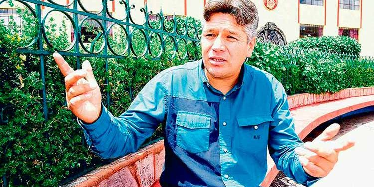 Enrique Calmet demanda a periodista.