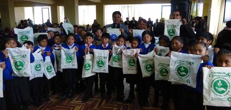 Estudiantes de la I.E.P. 70576 Mariscal de Sucre de la ciudad de Juliaca, Entregan bolsas de tela.