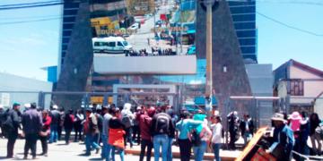 Grupos políticos esperando que culmine la Asamblea Universitaria.