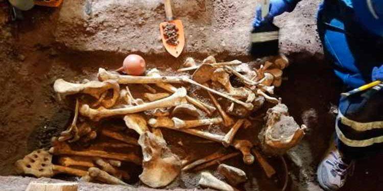 Arqueólogos descubren osamentas humanas de bebés y adultos en base de templo de Belén, en Cusco (Foto: Percy Hurtado).