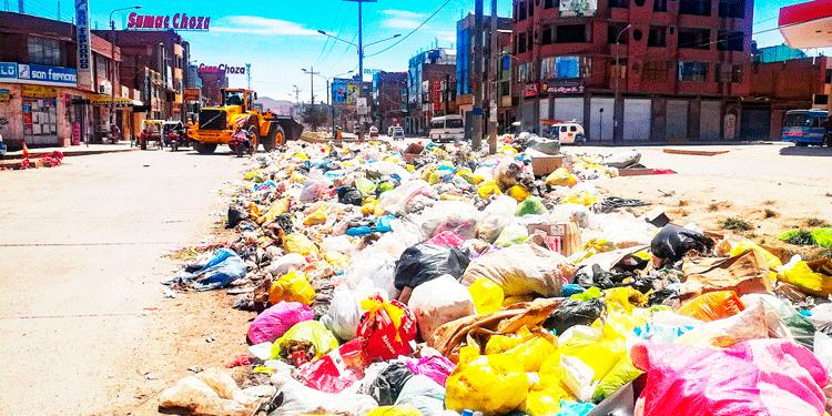 Límite, salida Huancane inundada de basura.