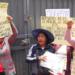 Madres de familia respaldan a docente denunciado.