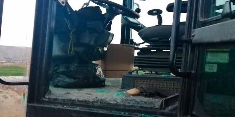 Maquinaria quedó con el parabrisas destrozado.