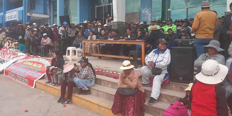 Población de la provincia de el Collao - Ilave en reunión con la comisión de dialogo.