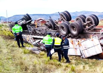Pesado vehículo fue abandonado en el lugar del accidente.