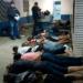 """Entre las docenas de detenidos por la policía se incluye a un peruano. Las autoridades irrumpieron en el lugar donde se realizaban las peleas y se seguía un """"macabro ritual"""" de servir carne de perro asada a los espectadores. (AFP)"""
