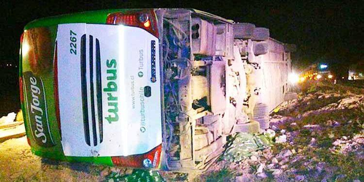 El bus de dos pisos de la empresa Turbus había salido la noche del domingo desde la ciudad de Antofagasta con destino a la ciudad de Ovalle. (Foto: Emol.com).