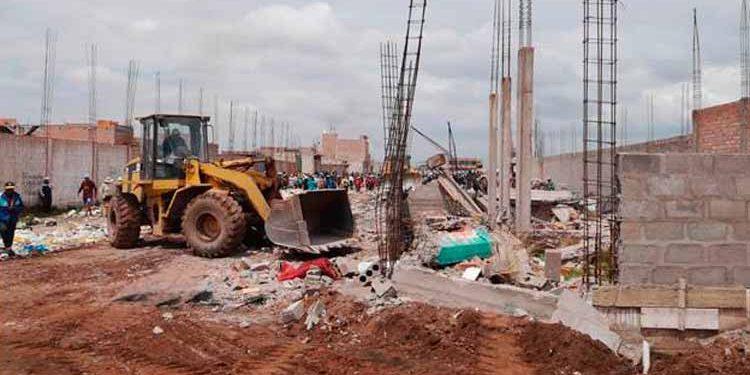 Maquinarias destruyen construcciones de la Av.  Néstor Cáceres Velásquez de la ciudad de Juliaca.