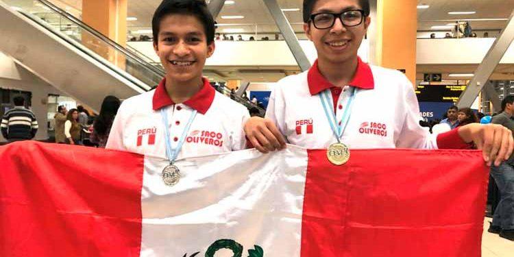 El escolar Mijaíl Gutiérrez Bustamante (der.) ganó la medalla de oro en el Olimpiada Matemática Rioplatense, realizada en Argentina. Foto: ANDINA/Difusión.