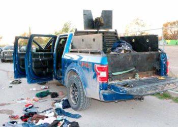 """VILLA UNIÓN-(MÉXICO),30/11/2019.- Un vehículo equipado con blindaje y un arma automática de grueso calibre se observa este sábado en el sitio tras el enfrentamiento entre fuerzas de seguridad y un grupo armado en la población Villa Unión, en el estado de Coahuila (México). La Secretaría de Seguridad Pública del estado de Coahuila (noreste de México) informó que """"de forma preliminar hasta el momento"""" se reportan cinco civiles armados del Cartel del Noreste (CDN) abatidos por elementos de seguridad tras una serie de enfrentamientos que sucedieron al norte de este estado, frontera con Texas (Estados Unidos). """"Fuerzas de seguridad de los tres órdenes de gobierno se encuentran en Villa Unión (Coahuila) en un operativo coordinado en contra de un grupo de civiles armados que esta mañana ingresaron a ese municipio"""", precisó el comunicado oficial. EFE/STR"""