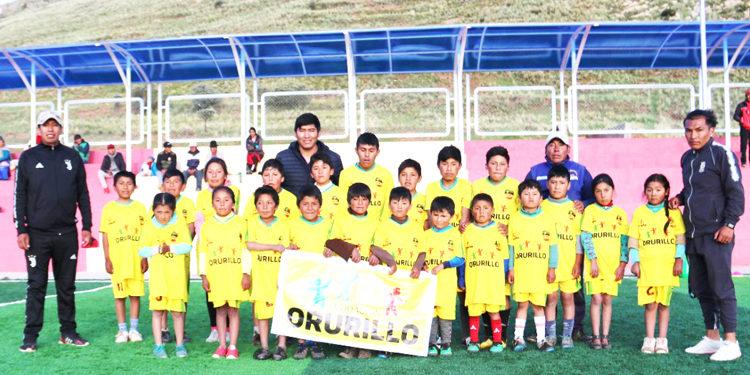 Nestor Arenas junto a los menores de la academia.