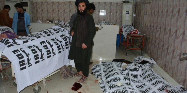 Personal sanitario observa los cadáveres cubiertos por plásticos de víctimas de la explosión en una mezquita, el 10 de enero de 2020 en un hospital de la ciudad paquistaní de Quetta (AFP).