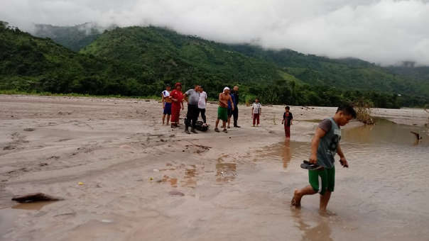 La Policía saca el cuerpo del autor del crimen del río Perené, a donde cayó luego de suicidarse. | Fuente: RPP