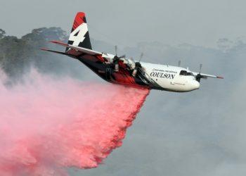 Un avión Hércules C-130 participa en la extinción de un incendio en Penrose, en el estado australiano de Nueva Gales del Sur, el 10 de enero de 2020. (AFP).