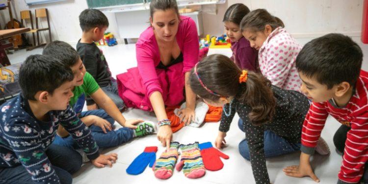 La profesora Katrin Baminger imparte clases especiales de alemán para los niños migrantes recientemente llegados al colegio Felbigergasse de Viena el 3 de diciembre de 2019 (AFP).