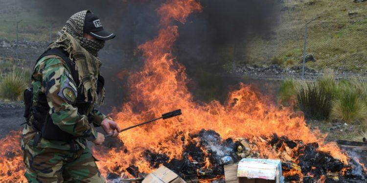 Oficiales de la policía boliviana antinarcóticos incineran cocaína y marihuana en las afueras de La Paz, el 5 de diciembre de 2019 (AFP).