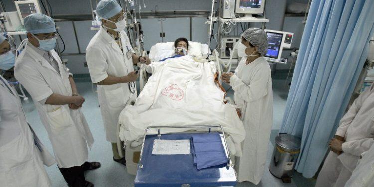 Un equipo chino especialista en Síndrome Respiratorio Agudo Severo (SARS) asiste a un paciente en un hospital de Guangzhou, en una imagen de junio de 2005 (AFP).