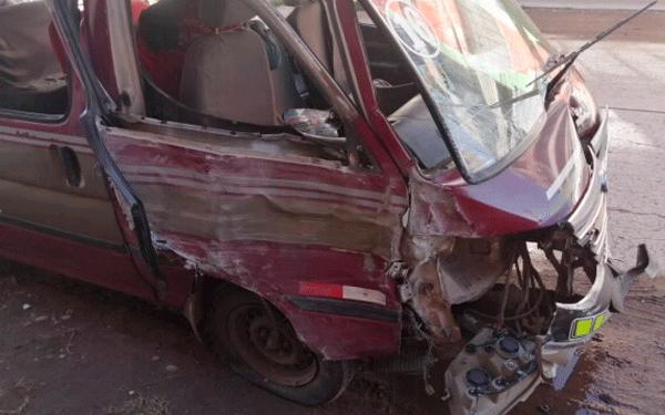 Combi urbana quedó con severos daños materiales tras impactar contra vivienda y auto.
