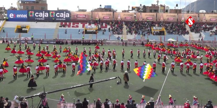 Conjunto en presentación en el estadio de Puno.