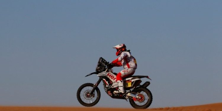 El motociclista del Hero Motosport Paulo Goncalves durante la etapa 7 del rally Dakar en Riad, Arabia Saudita.