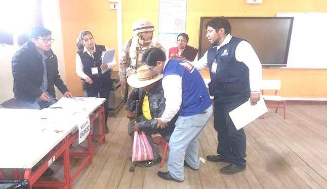 Elecciones personal de las Fuerzas Armadas tuvieron que cargar al adulto hasta su mesa de votación.