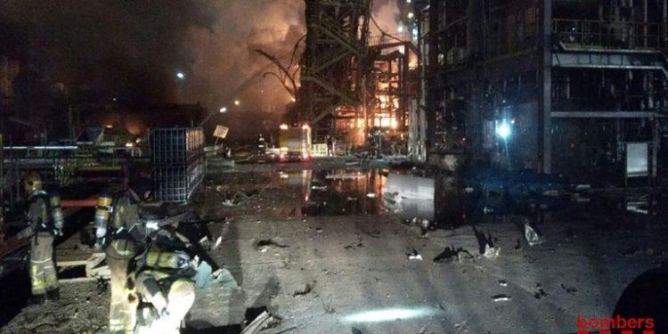 Los bomberos tratan de extinguir las llamas provocadas por la explosión en la planta química de Tarragona, al noreste de España, en una imagen divulgada por los bomberos de la Generalitat de Cataluña (AFP).