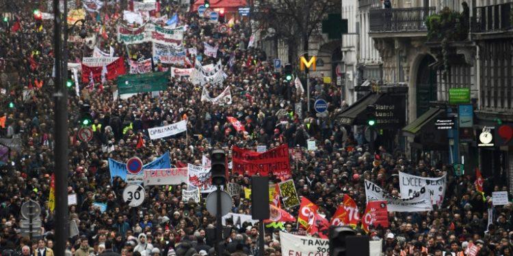 Una imagen de la manifestación contra el proyecto gubernamental de reforma de las pensiones del 9 de enero de 2020 en París (AFP).