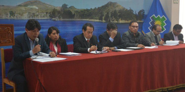 Gobernador Regional Agustín Luque junto a funcionarios de la región en conferencia de prensa.