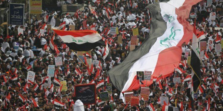 Miles de iraquíes, convocados por el poderoso líder chiita Moqtada Sadr, han salido a las calles del centro de Bagdad para pedir la salida de las tropas estadounidenses, el 24 de enero de 2020 (AFP).