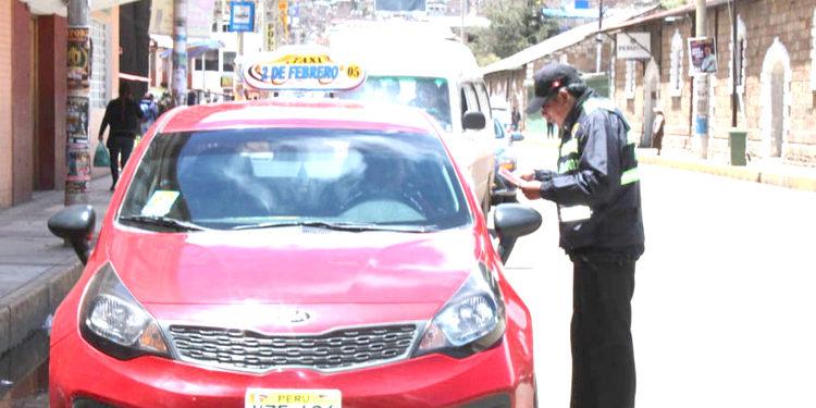 Inspectores revisaron la documentacion de  los conductores.