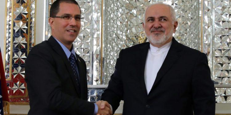 Mohammad Javad Zarif (dcha) recibe a su homólogo venezolano, Jorge Arreaza, el 20 de enero de 2020 en Teherán. (AFP).