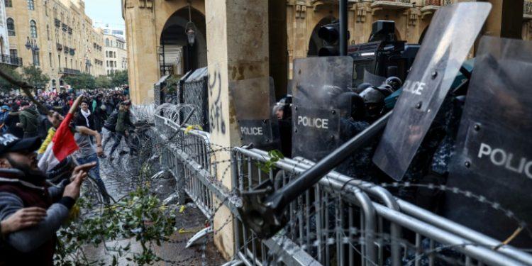 Enfrentamientos entre manifestantes y las fuerzas de seguridad libanesas en el centro de Beirut, el 18 de enero de 2020 (AFP).