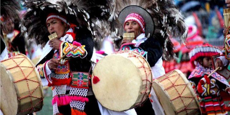 Músicos participando en el concurso en Puno.