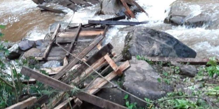 Madre e hija pierden la vida tras caer de puente colgante en Pasco.