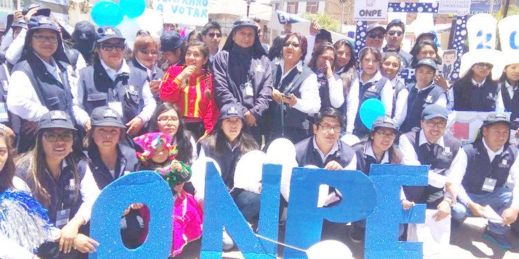 Personal de la ODPE se movilizaron por las principales calles de Puno.