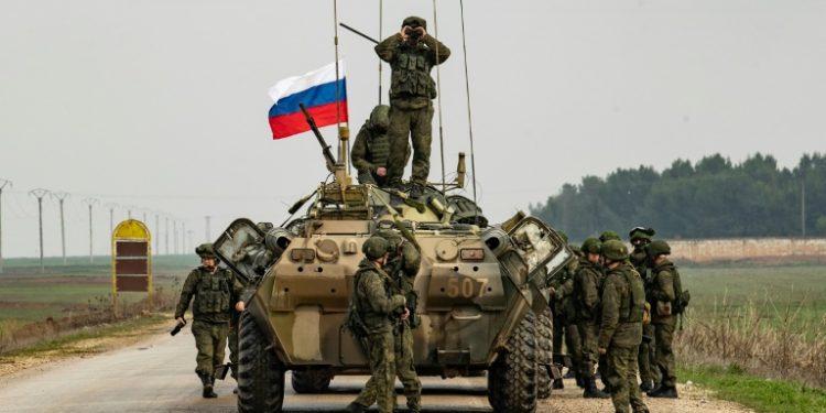 Soldados rusos en torno a un tanque en la autopista M4, en la provincia de Hasaké, el 20 de enero de 2020 al noreste de Siria. (AFP).