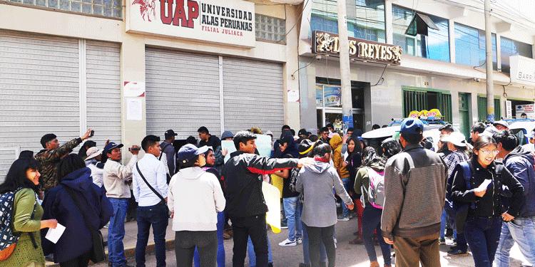 Sitiaron local de la UAP en Juliaca.