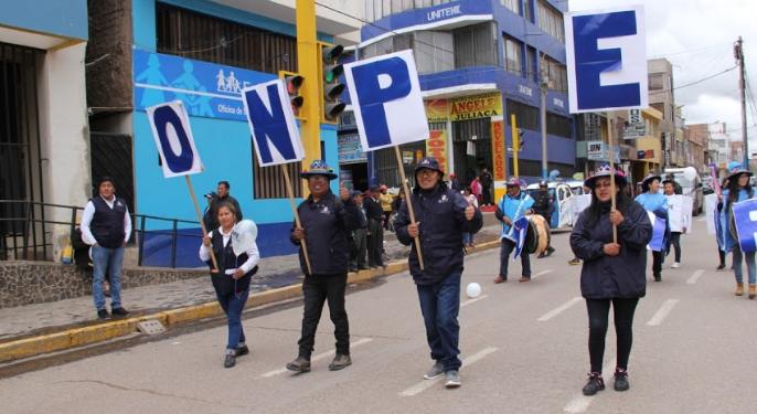 Trabajadores de la ODPE orientan a los ciudadanos a través de marchas.
