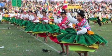 Trajes de multicolores de los danzarines.